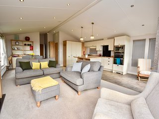 Superb Two Bed spacious Lodge with breath-taking views, sleeps 4, with 2 baths.