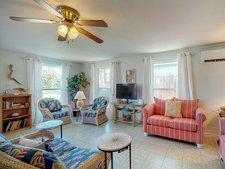 Quirky beach home 1/2 block from beach w/ rooftop patio!