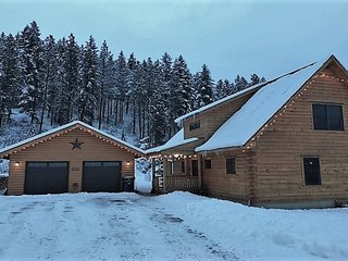 Gorgeous dog-friendly family lodge w/ new hot tub- close to skiing and lake