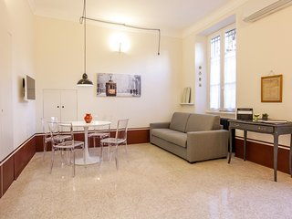 Elegant apartment w/ small balcony - steps to the metro & The Last Supper!