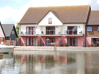 Kestrel - luxury 3 bedroom waterside townhouse in Horning