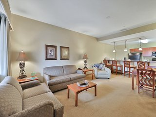 Spacious condo with a shared pool and free WiFi, near shopping!