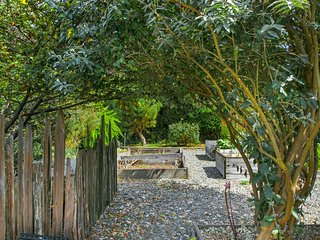NEW LISTING! Enchanting garden cottage w/Netflix, free WiFi, cable & kitchenette