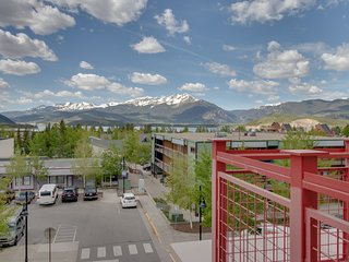 Downtown condo w/views, shared hot tub & 2 heated parking spaces!