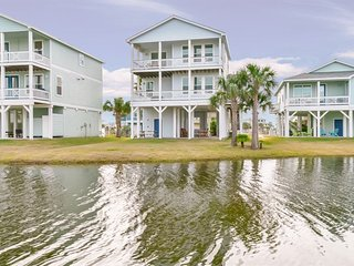 NEW LISTING! Gulf view home w/deck, pools & hot tub, beach - 2 dogs OK!