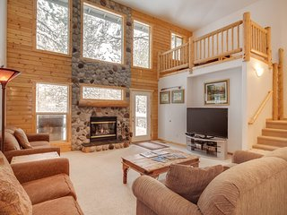 Dog-friendly cabin w/ private hot tub & shared pool, SHARC passes, and more!