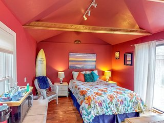 Adorable studio w/ shared hot tub! Only 5 blocks to beach & 1 mile to boardwalk!