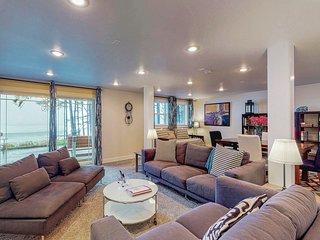 Elegant oceanfront apartment w/ easy beach access - great romantic getaway!