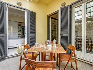 Charming apartment w/ private courtyard, two blocks from the beach!