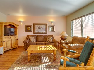 Dog-friendly townhome with a shared pool, golf course & mountain views!