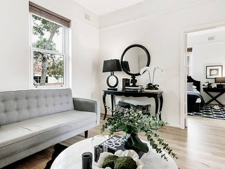 Chic Woollahra Pied-a-Terre with Parking