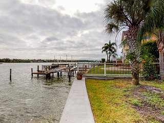 Waterfront home w/ dock, garden, bikes, and kayaks -two dogs OK!