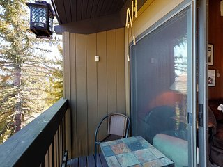 NEW LISTING! Cozy condo w/access to shared hot tub & view of valley & mountains