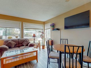 Sunny condo w/shared pool/hot tub, on-site tennis, & sauna - golf & beach nearby