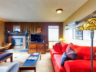 Ski-in/ski-out condo with shared hot tub, sauna, and panoramic views!