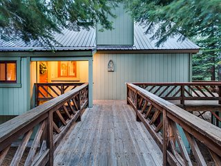 Comfortable cabin near hiking, biking, skiing and Tahoe Donner amenities!