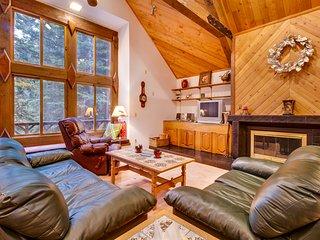 Comfortable cabin near hiking, biking, skiing and Tahoe Donner amenities!