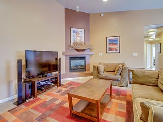 Dog-friendly townhome w/ private hot tub & shared pool awaits!