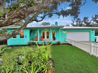 Charming home w/back patio & chef's kitchen - 2 blocks to beach