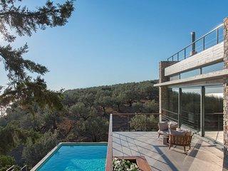 Villa Starlett, luxury sea-front villa with private pool near Nafplio