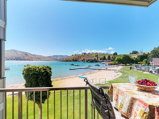 NEW LISTING! Waterfront studio w/shared pool, hot tub, sandy beach-walk to town