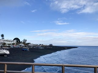 Convenient apartment w/ ocean and volcano views - walk to dining & the beach!