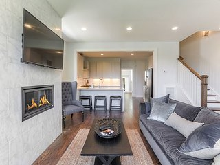 Contemporary 4BR w/ 900 Sq Ft Rooftop Deck, Skyline View, Near 12S, The Gulch