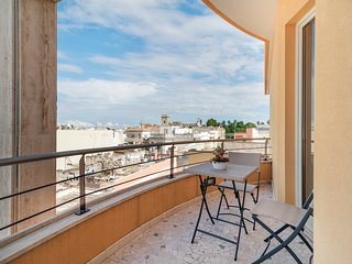 Charming penthouse w/ furnished balcony & great view - near wineries & beaches