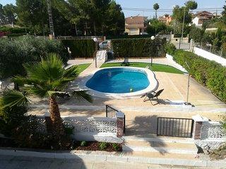 casa rústica con parcela y piscina privada.