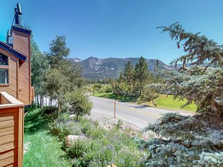 Townhome with gorgeous views & access to shared pool/hot tub, and tennis!