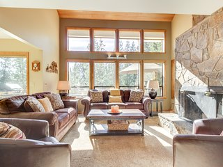 Spacious Sunriver home with 10 SHARC passes and private hot tub!