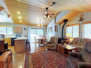 Cabin w/shared pool & hot tub, spacious deck, near golf/skiing