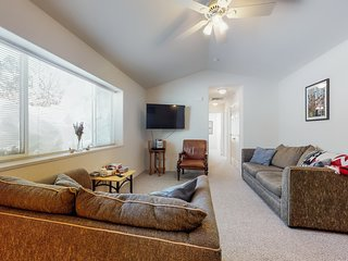 Comfy condo w/mtn views-near golf, slopes, hiking & dining