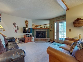 NEW LISTING! Comfortable condo close to downtown w/full kitchen & furnished deck