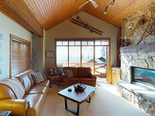 Ski-in/ski-out duplex w/ hot tub, balcony & mountain views - walk to village!