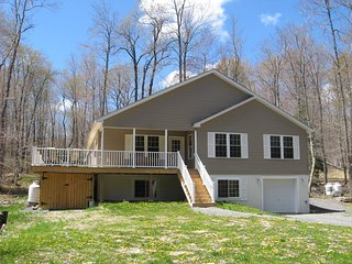 5 Bedroom 3 Bath Sleeps 14+ Multi-Family Friendly Pocono Rental