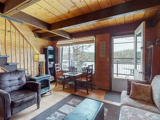 Dog-friendly lakeside cottage with amazing views, decks, boat access, and more!