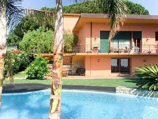 2 bedroom Villa with Pool, WiFi and Walk to Shops - 5776407