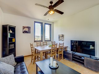 Modern apartment w/ shared garden patio & incredible views of the town & hills!
