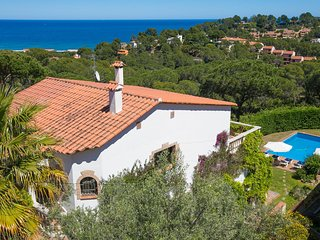 6 bedroom Villa with Pool, WiFi and Walk to Beach & Shops - 5604507