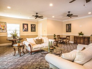 INCREDIBLE 3BR TOWNHOUSE, CLOSE TO PARKS, POOL
