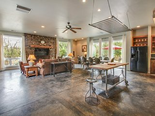 Large, updated home w/ fireplace, patio, & grill - close to Yosemite Nat'l Park!