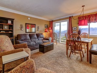 Mountain view condo w/ shared indoor/outdoor pools, hot tub & wood fireplace
