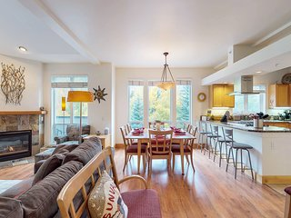 Bright corner condo w/deck, views & shared hot tub -walk to lifts