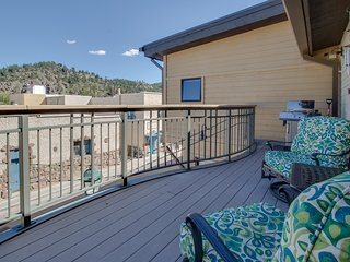 NEW LISTING! Quick-access condo in the heart of the city w/kitchen & deck