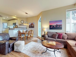 Comfortable condo w/ private hot tub, shared pool & tennis - great location!