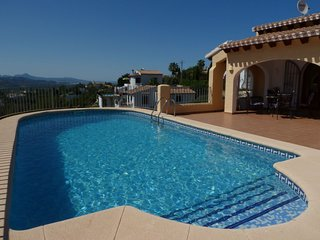 2 bedroom Villa with Pool, Air Con, WiFi and Walk to Shops - 5776518