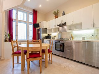 Lovely, central apartment w/ synagogue views - walk to baths, the river & more!