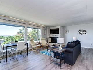 Centrally located condo with ocean views, nearby beach access!