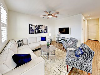 Brand-New Townhome! Plush Furnishings & Light-Filled Interiors, Walk to Beach
